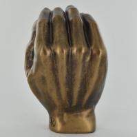 Sculptura bebelus in palma parintelui